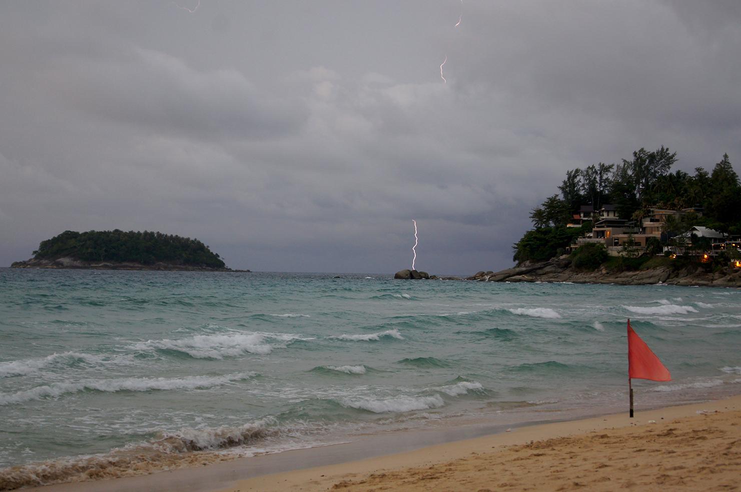 Blitz über dem Meer in Thailand
